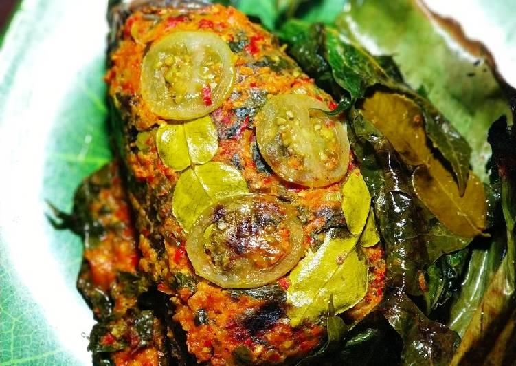 Ikan bakar daun pepaya bumbu pepes