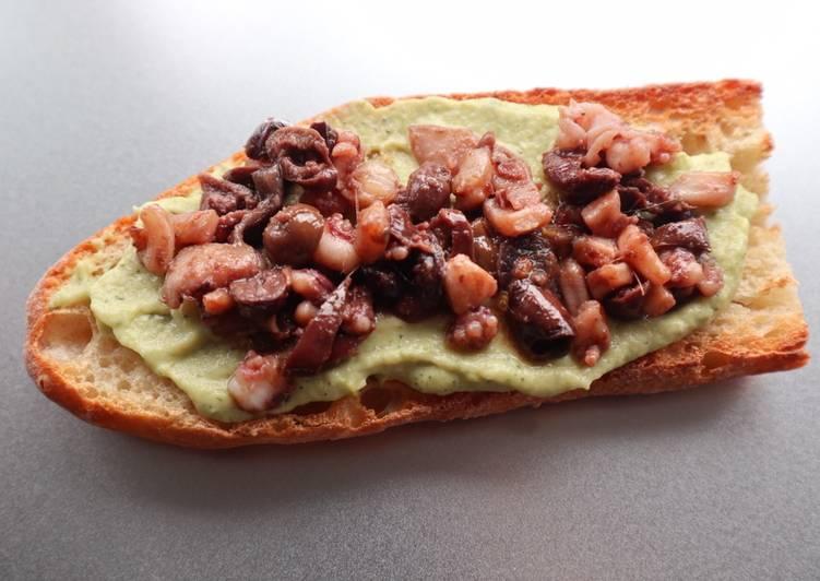 Bruschettone crema di zucchine con calamari e olive