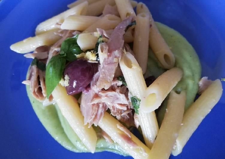 Penne con tonno e olive su vellutata di zucchine