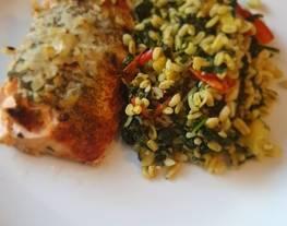Salmón al horno con 'revuelto verde' de trigo