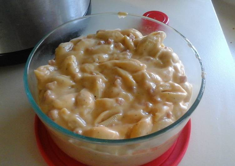 Crockpot shells and cheese with ham