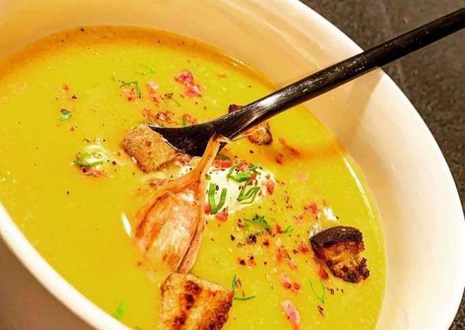Soupe de butternut parfumée à la fève de Tonka, croûtons à l'ail rose