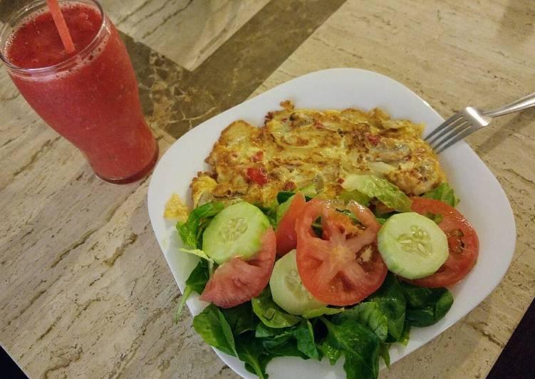 Desayuno saludable. Omelette y frappé fresa