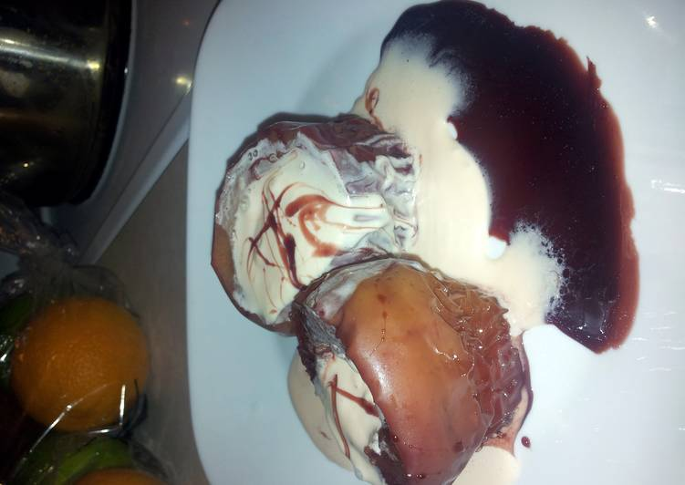 red wine poached apples with a honey cherry cheese cake maskotto cream