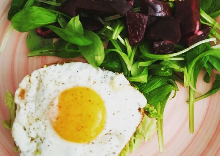 Salade betterave, avocat et sa tartine d'avocat œuf