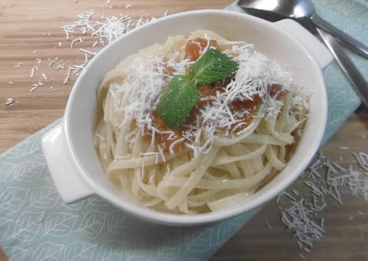 Linguini with fresh Tomato Sauce (Makaronia Me Tomata Salsa)