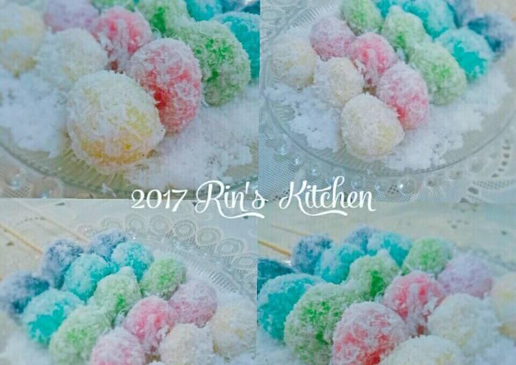 Klepon rainbow isi gula merah dan kacang tanah