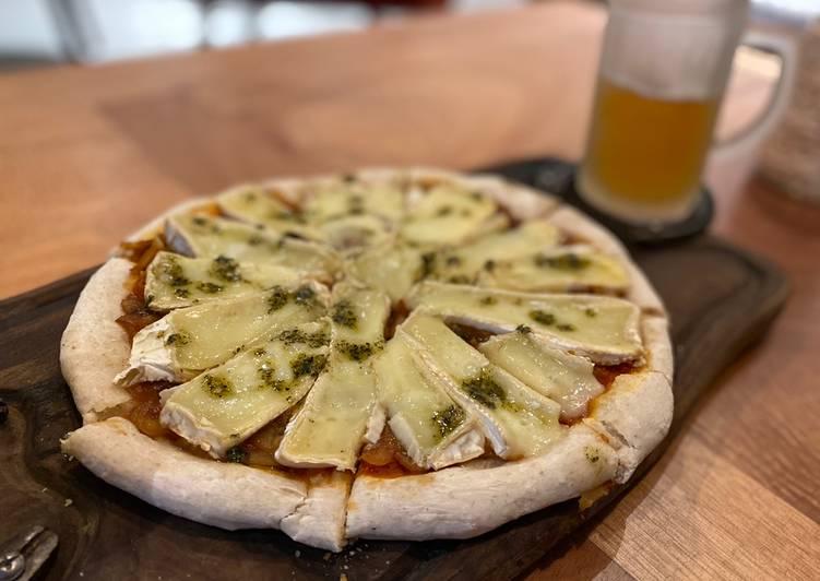 Pizza de masa madre con brie y cebollas caramelizadas