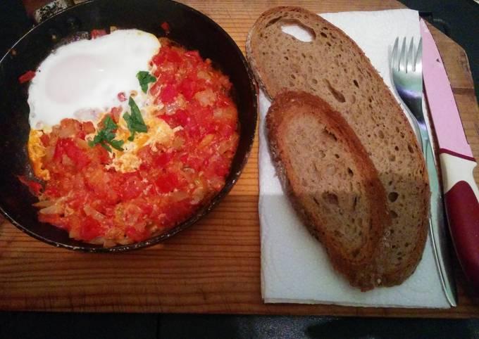 Easy eggs and tomatoes breakfast dish (shakshuka)