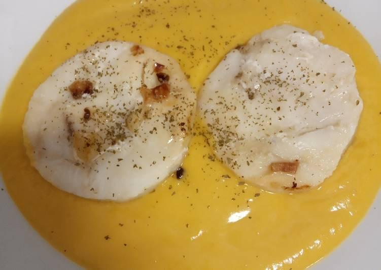Crema de calabaza con caldo de pescado y merluza