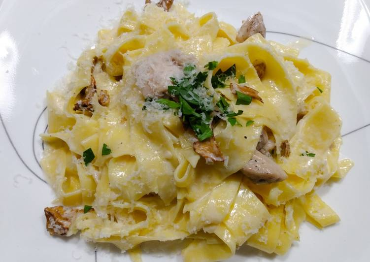 Pappardelle with chicken, chanterelles and cream