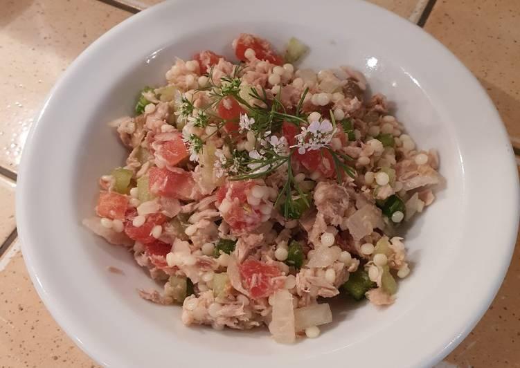 Salade thon, tomates, curry en variation perles de blé.