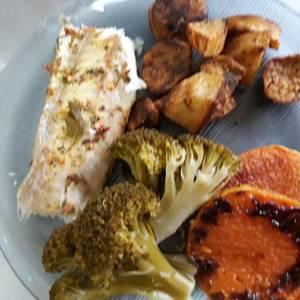 Pescado al horno con zapallo, papas, batatas al horno y brócoli