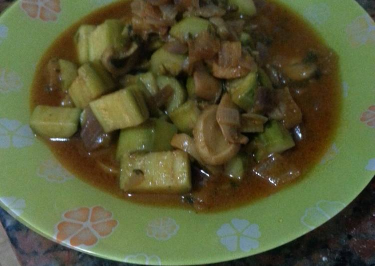 zucchini and mushroom in sweet red pepper sauce