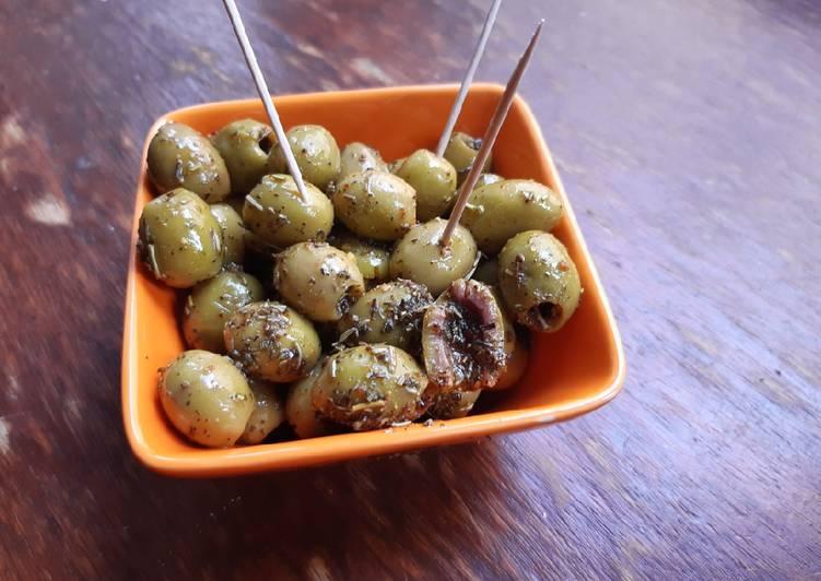 Olives marinées aux herbes et piment d'Espelette