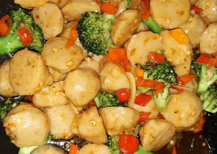 Cara Gampang Menyiapkan Tumis bakso brokoli asam pedas yang Enak