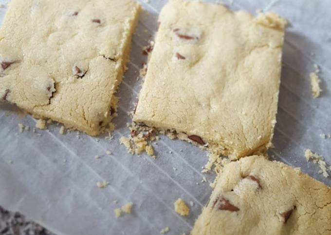 Extra buttery shortbread with triple chocolate chunks