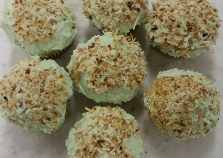 15 Minute Recipe of Summer Coconut vanilla cupcakes
