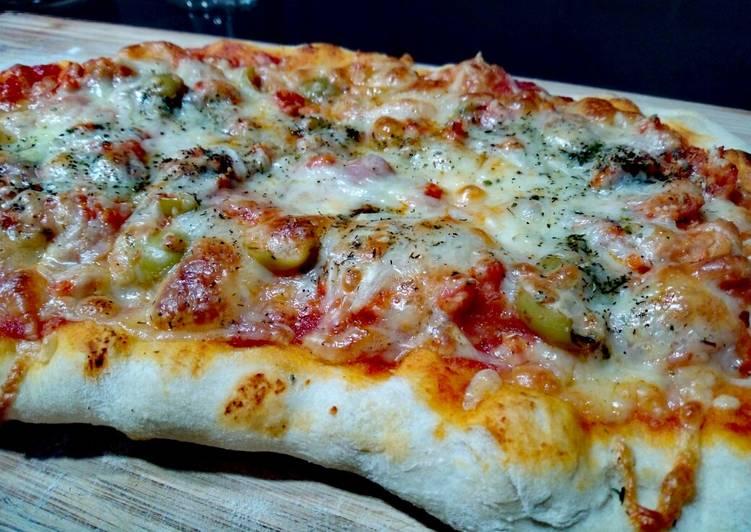 Pizza bolognesa con olivas picantes
