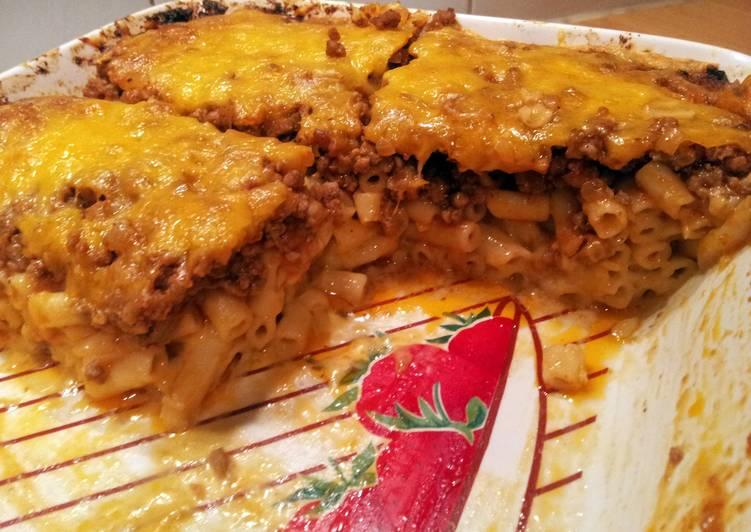 Macaroni cheese pizza casserole