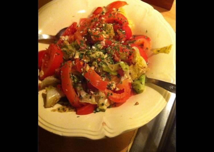 Le moyen le plus simple de Faire Délicieux Salade de tomates poireaux laitue et herbes aromatiques