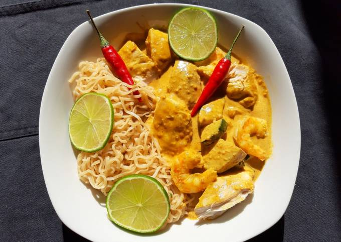Chicken and prawn curry noodles