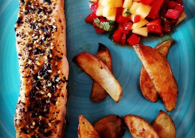 Lachs mit Kartoffelspalten und Mango-Paprika-Salsa