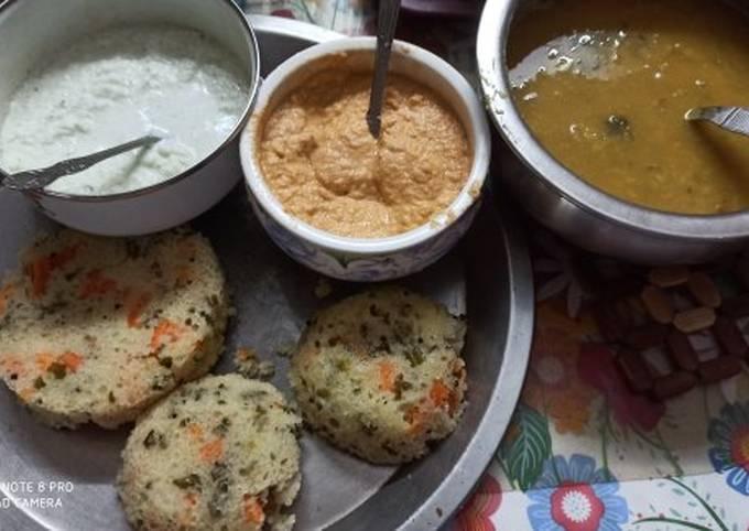 Oats and suji vegetable idli with 2 chutneys