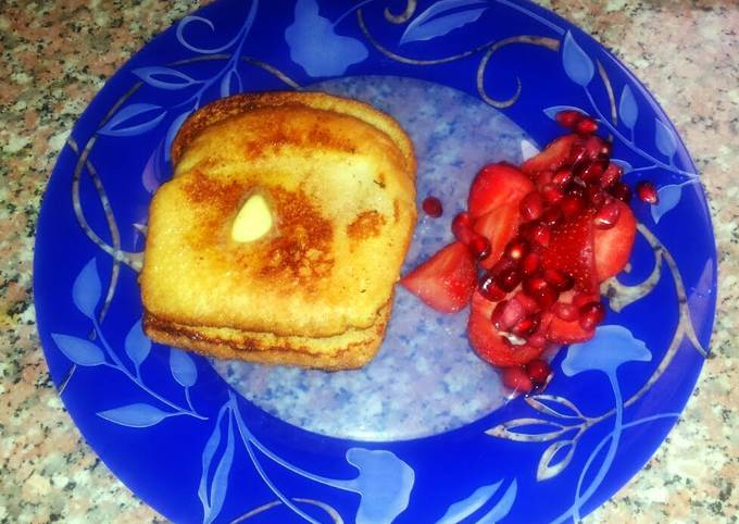 Cinnamon French toast with strawberry and penetrant salad