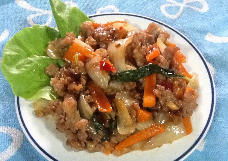 Thai Stir-fried Spicy Minced Pork With Holy Basil (Pad Kra Prao Moo Sap)