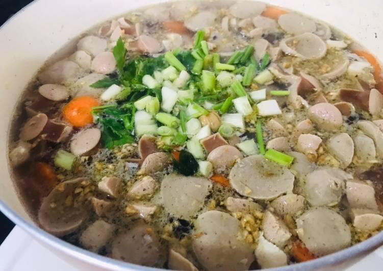 Soup bakso sosis dengan rempah