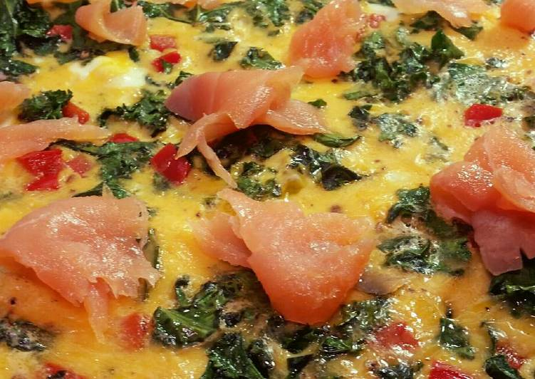 Omelette with salmon, red capsicum and kale