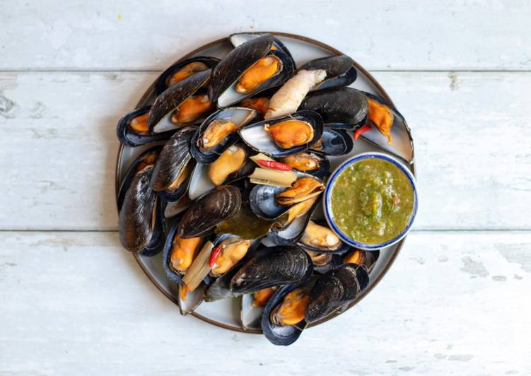 Mussels with Thai herbs and Seafood Nham Jim Dipping Sauce🐚 🌶 🌿