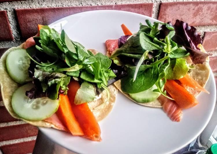 Tacos rápidos de salmón, mozzarella y ensalada