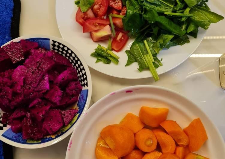 Bayam horenso, wortel, buah naga dan tomat slow juicer