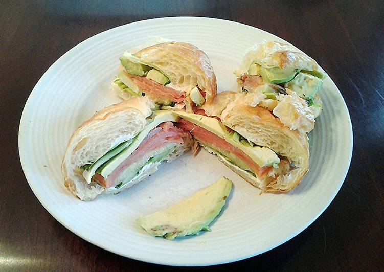 How to Make Delicious Avocado and Smoked Salmon Croissant Sandwich
