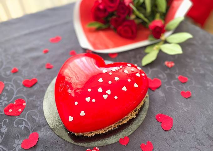 Gâteau-miroir en forme de cœur 3D, fourré à la fraise et à la mousse à la vanille