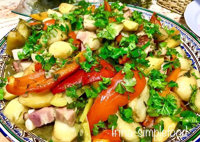 Картофель с перцем и беконом в казане на костре