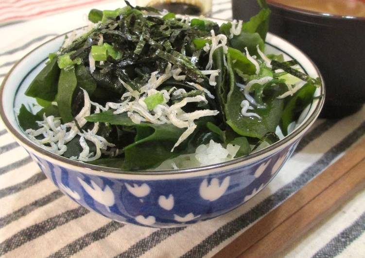 Recipe of Quick Low-Cal Wakame Seaweed and Shirasu Rice Bowl