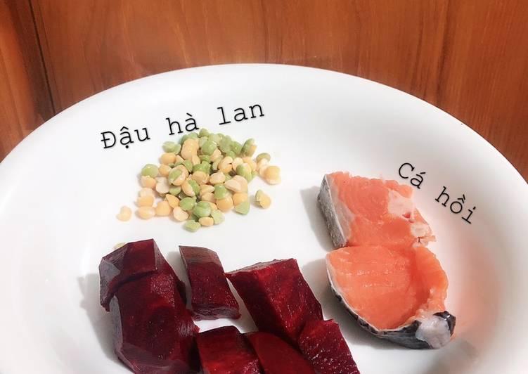 Cháo cá hồi củ dền đậu hà lan mix dầu olive & phô mai rắc