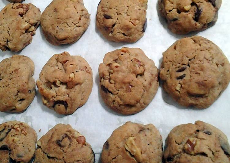 Walnut and choco chip cookies