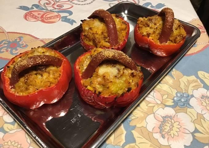 Petits paniers de poivrons farcis aux navets jaunes tomates parmesan et saucisses américaines