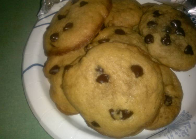 Chewy chocolate chip cookies w/ crispy edges