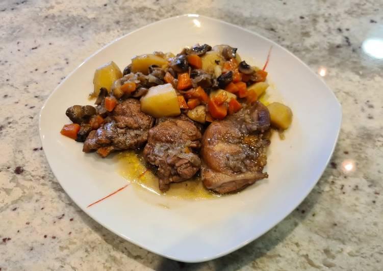 Jamoncitos de pollo con chalotas y zanahorias al vino tinto