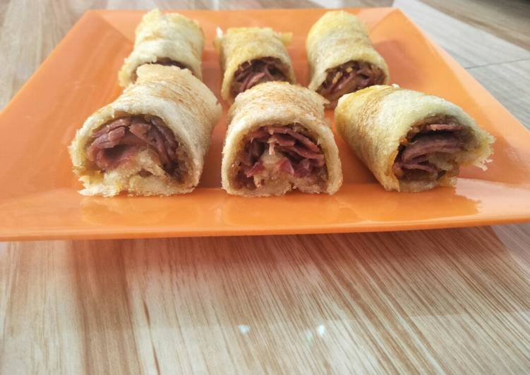 Roll sandwich isi abon+smoked beef