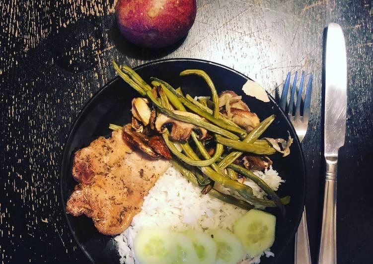 Côtes de porc marinées à la sauce soja et aux épices, avec haricots verts, champignons et riz blanc