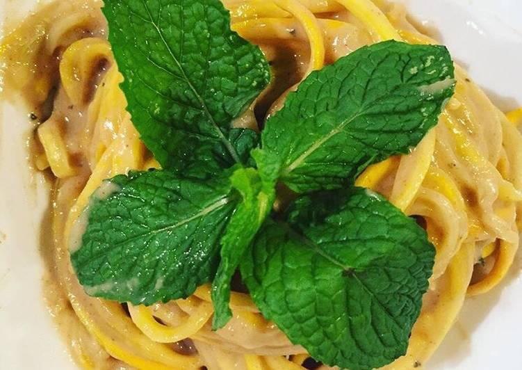"""Zucchini pasta con salsa de garbanzo """"hummus"""""""