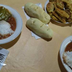 Morrones rellenos en salsa (y de yapa, croquetas de arroz)!