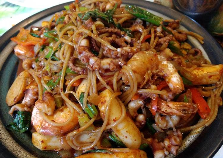 Korean spicy octopus shrimp rice noodle 炒辣章鱼🐙年糕
