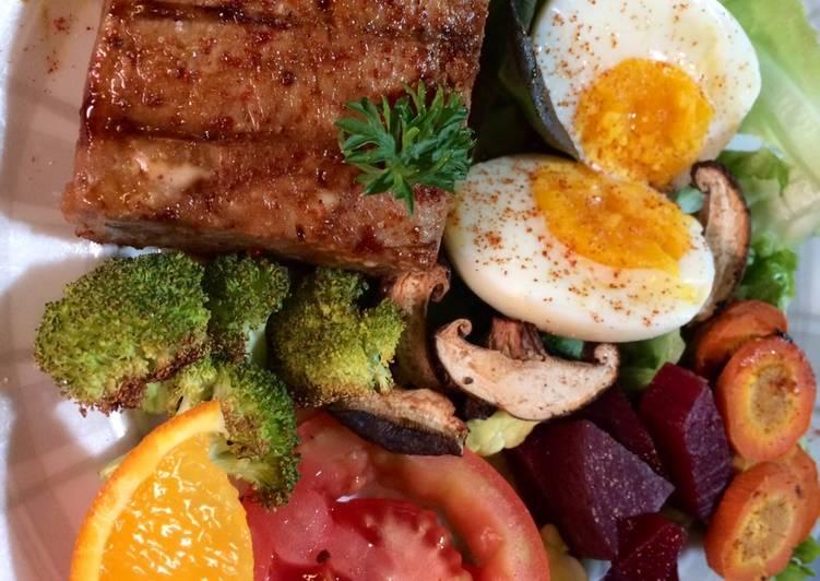 Telur rebus dan tuna panggang salad